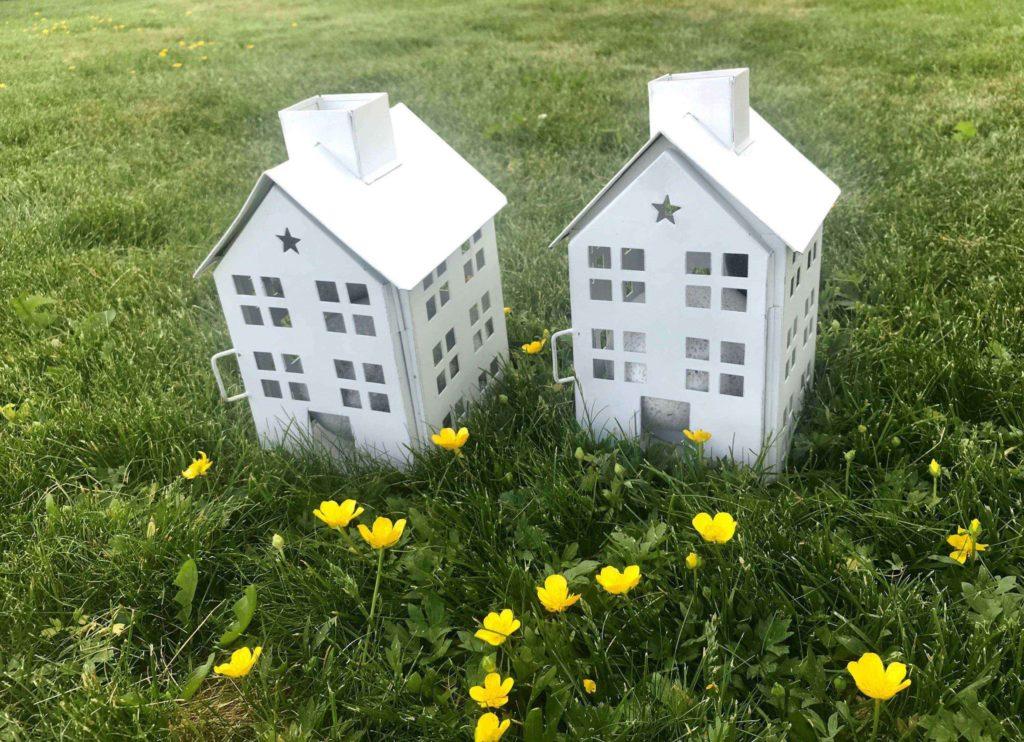 Lekehus på gresset - luking ferdig